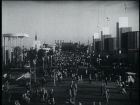 vídeos de stock, filmes e b-roll de high angle long shot crowded midway lined with buildings at chicago world's fair - 1933