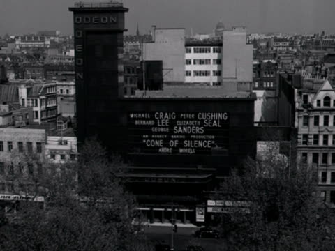 high angle long shot of the odeon cinema on leicester square. 1960. - odeon cinemas点の映像素材/bロール