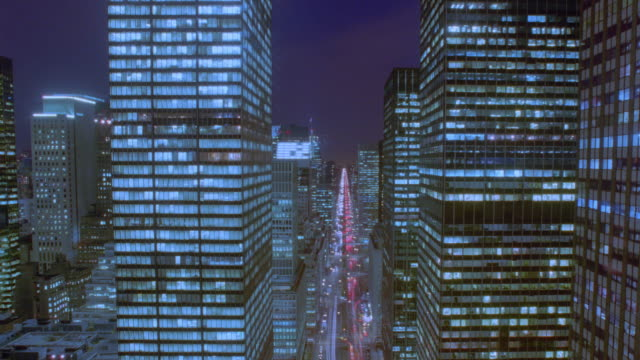 vidéos et rushes de high angle long shot of time lapse traffic on park avenue + buildings dusk to night / nyc - cinématographie