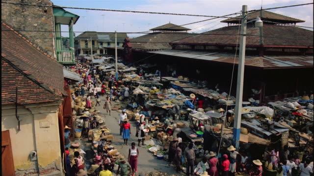 high angle long shot pan stalls and shoppers at busy marketplace / santo domingo, dominican republic - ドミニカ共和国点の映像素材/bロール