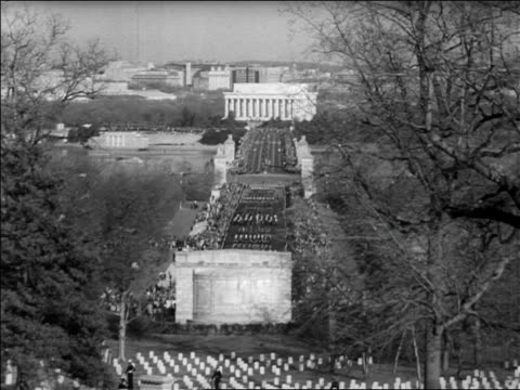 b/w 1963 high angle long shot zoom in funeral procession for john kennedy toward lincoln memorial / newsreel - attentat auf john f. kennedy stock-videos und b-roll-filmmaterial