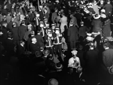 vidéos et rushes de b/w 1928 high angle marching band on floor of democratic national convention / houston / documentary - 1928