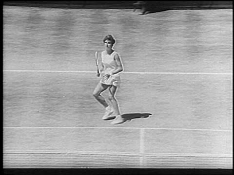 vídeos de stock e filmes b-roll de high angle maria bueno returning ball at wimbledon tennis tournament / newsreel - raqueta