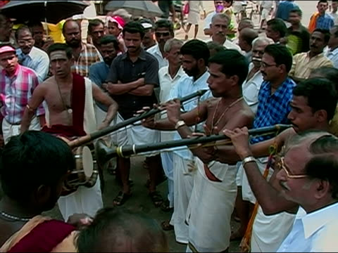 stockvideo's en b-roll-footage met high angle medium shot crowd watching musicians play drums and pipes at thrissur pooram elephant festival / thrissur, kerala, india - werkdier