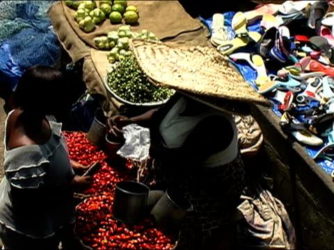 vídeos y material grabado en eventos de stock de high angle medium shot woman buying produce at market/ ghana - accesorio de cabeza