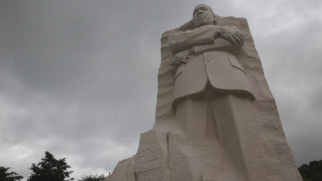 stockvideo's en b-roll-footage met high angle mid shot of the martin luther king memorial in washington dc - monument