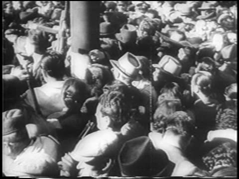 vidéos et rushes de high angle mob in piazza del duomo pushing to see bodies of mussolini + henchmen / milan / newsreel - execution