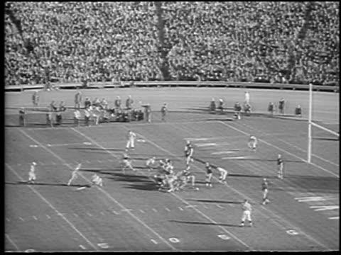 vidéos et rushes de high angle navy scoring field goal in army vs. navy football game / philadelphia / newsreel - philadelphie