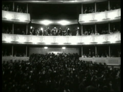b/w high angle of crowd of people in vienna opera / no sound - オペラ座点の映像素材/bロール