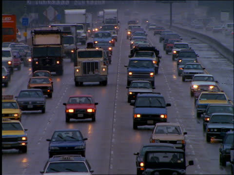 vídeos y material grabado en eventos de stock de high angle of heavy traffic on highway in rain / los angeles - 1990