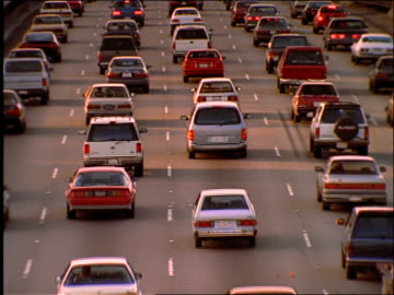 stockvideo's en b-roll-footage met high angle of heavy traffic on highway / los angeles / 405 freeway - zuidelijk californië
