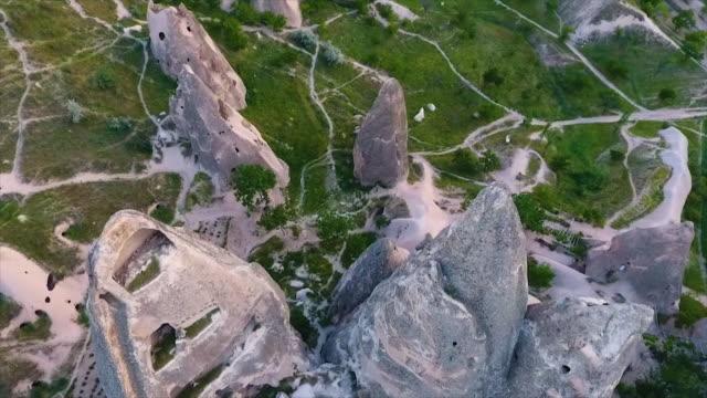 vídeos de stock e filmes b-roll de high angle of hill and large rocks with carvings - exposto ao ar