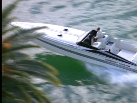high angle of man driving speedboat - motoscafo da competizione video stock e b–roll