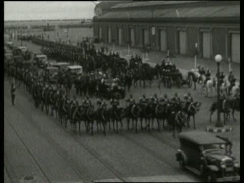 b/w high angle of motorcade with soldiers on horseback / no - 草食性点の映像素材/bロール