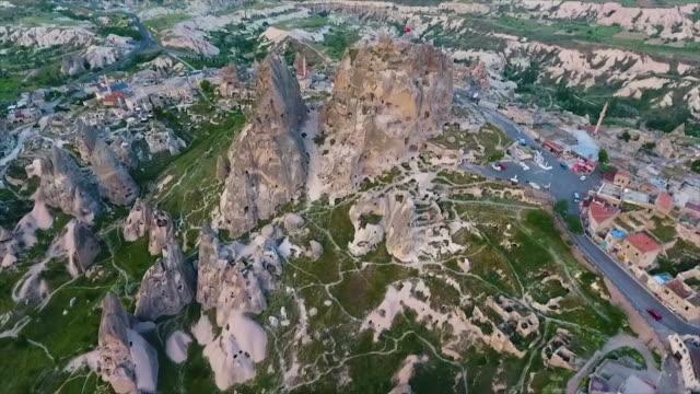 vídeos de stock e filmes b-roll de high angle of rural town around rocks and hills - exposto ao ar