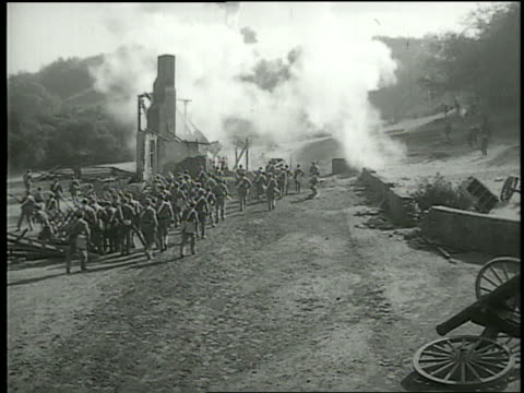b/w high angle of soldiers shooting in battle / civil war - 撃つ点の映像素材/bロール
