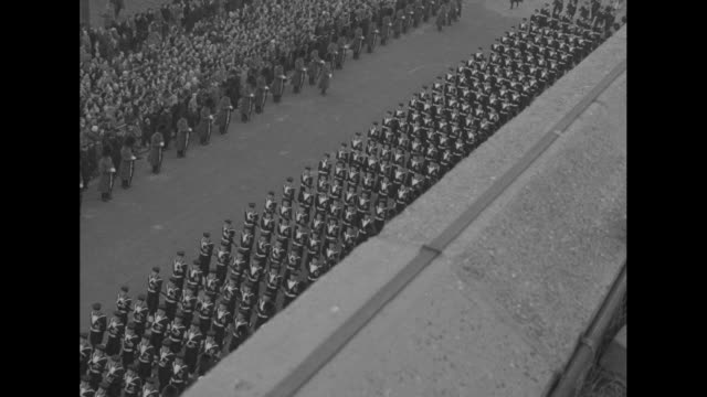 vídeos y material grabado en eventos de stock de high angle of the queen's guards as seen over the ledge of the admiralty citadel with pan left / long line of soldiers marching six abreast /... - paramount building