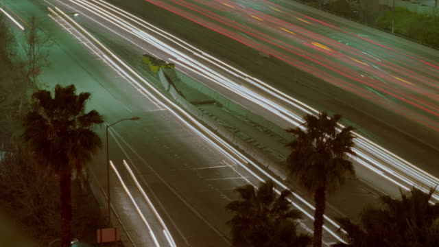 vidéos et rushes de high angle of time lapse traffic on highway at night / los angeles - cinématographie