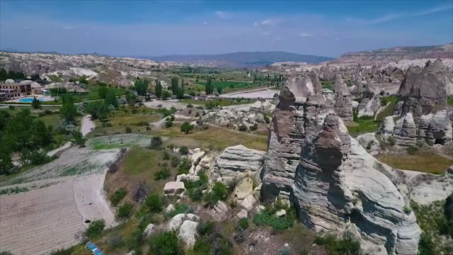 vídeos de stock e filmes b-roll de high angle over landscape, with large rocks - exposto ao ar