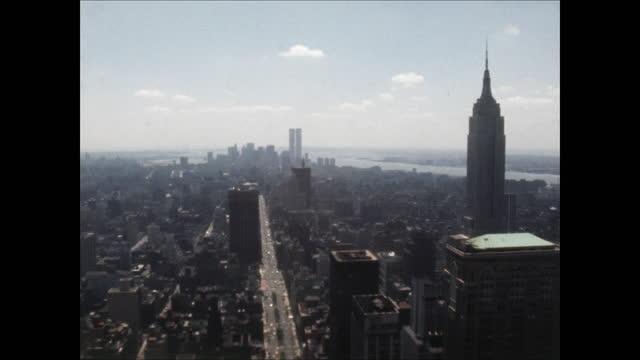 vídeos de stock e filmes b-roll de high angle pan across manhattan skyline from the chrysler building to the empire state building - prédio chrysler