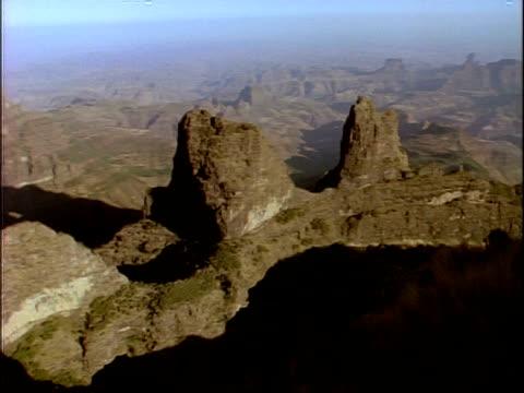 vídeos de stock e filmes b-roll de wa high angle, pan left across simian mountain range, ethiopia, africa - distante