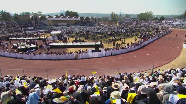 high angle pan left, crowd awaits pope francis arrival at venustiano carranza stadium - morelia video stock e b–roll