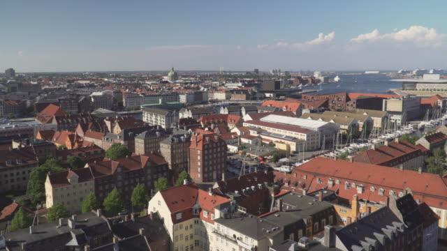 vídeos de stock e filmes b-roll de high angle panning view: copenhagen city from view point on church of our saviour, denmark - região de oresund