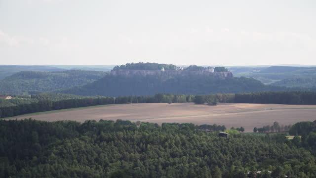 vidéos et rushes de vue panoramique à angle élevé de basteiaussicht, beau point de vue sur le sommet de la montagne, y compris la ruine du château au sommet de la roche, château de neurathen pour voir lilienstein, site d'un château de bohême et des montagnes de table - table top view