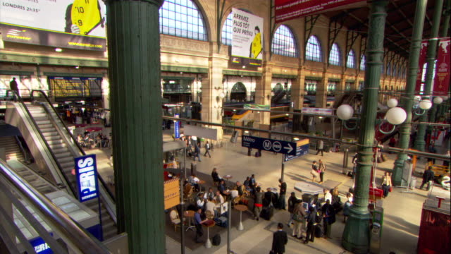 vidéos et rushes de high angle pan-right - the gare du nord bustles with commuters. / paris, france - station