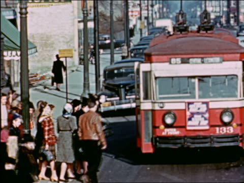 vidéos et rushes de 1941 high angle people boarding bus on city street / chicago / industrial - prelinger archive