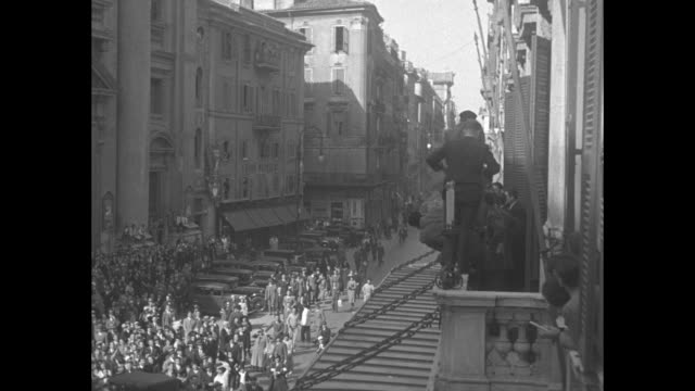 high angle people running in rome street / crowd of men facing building facade / wearing tyrolean hat former world heavyweight boxing champion primo... - primo carnera stock videos and b-roll footage