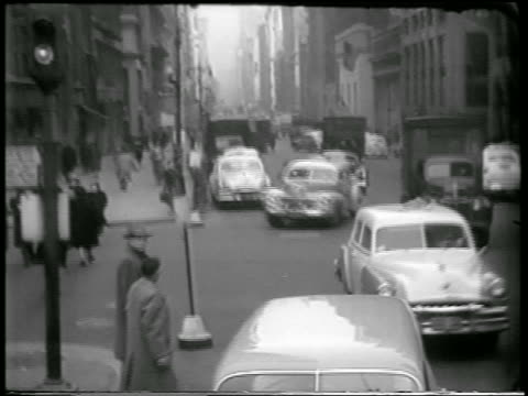 vídeos de stock e filmes b-roll de b/w 1951 high angle pan people start to run traffic stops for civil defense drill / nyc / newsreel - simulacro de emergência