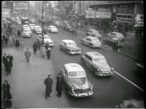 vídeos de stock, filmes e b-roll de b/w 1951 high angle people + traffic on nyc street / newsreel - 1951