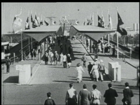 vidéos et rushes de b/w 1939 high angle people walking on midway at ny world's fair - exposition universelle de new york