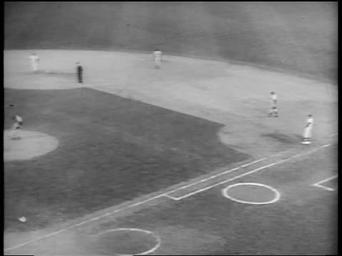 vídeos de stock e filmes b-roll de b/w 1953 high angle pan players on field / new york yankees vs brooklyn dodgers in world series / nyc - camisola de basebol