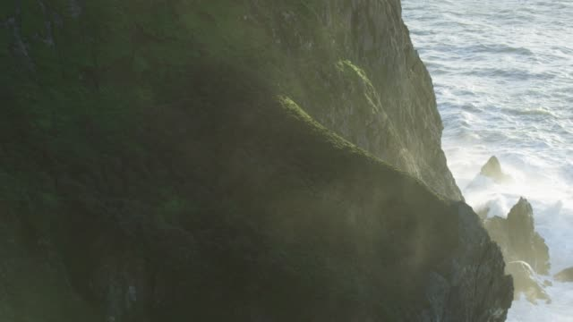 vidéos et rushes de high angle, rocky coastline of devil's slide - paysage enchanteur