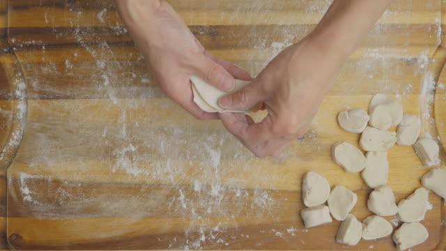 vídeos de stock, filmes e b-roll de alto ângulo tiro mão fazer gyoza - comida japonesa