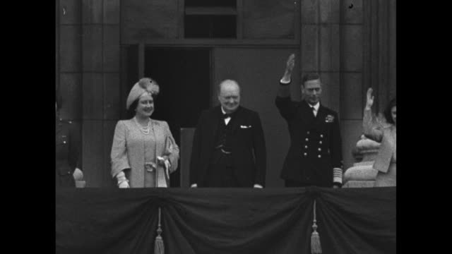 high angle shot of enormous crowd gathered at buckingham palace to celebrate ve day / princess elizabeth queen elizabeth prime minister winston... - arrendersi video stock e b–roll