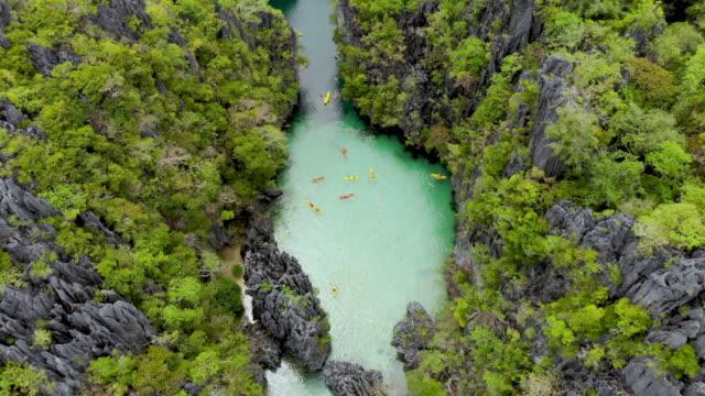 vídeos de stock, filmes e b-roll de tiro de ângulo elevado de canoístas em lagoa - laguna