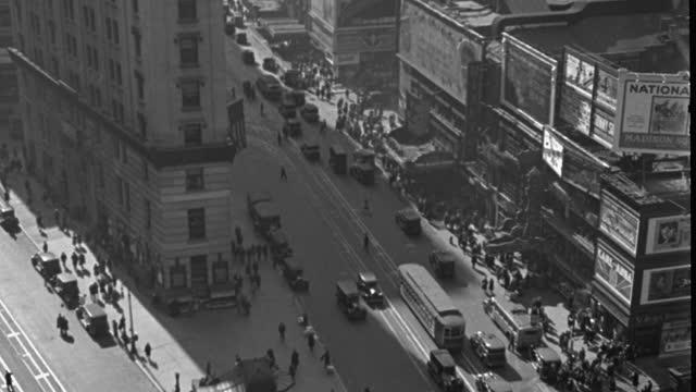vídeos y material grabado en eventos de stock de high angle shot of pedestrians and traffic on busy street in city, times square, manhattan, new york city, new york state, usa - 1920 1929