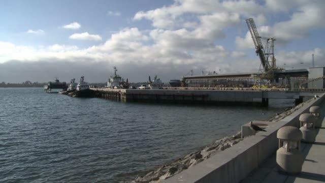 vídeos de stock e filmes b-roll de high angle shot of san diego harbor on december 20 2011 in san diego california - uss midway