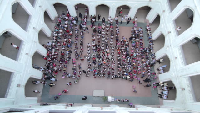 vídeos y material grabado en eventos de stock de high angle shot of school children filing out of a school courtyard. - patio de edificio