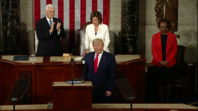 vidéos et rushes de high angle shot of speaker nancy pelosi ripping up her copy of president donald trump's state of the union address after he finishes his speech. - président
