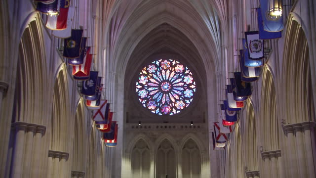 vídeos y material grabado en eventos de stock de high angle shot of the stained glass òrose windowó inside of the washington national cathedral on september 31, 2018 in washington d.c. - religion or spirituality