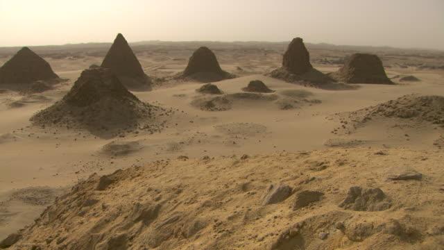 vídeos de stock, filmes e b-roll de high angle shot over the ancient pyramids of nuri and the surrounding desert.  - sudão