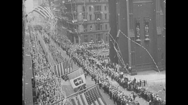 high angle shot ticker tape parade held for italo balbo and the italian air armada; bank of us and italian flags in fg // [7/26/1933] wiley post at... - italienischer abstammung stock-videos und b-roll-filmmaterial