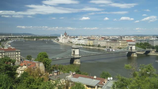 vídeos de stock e filmes b-roll de high angle side view tl: szechenyi chain bridge in budapest, hungary in weekend - ponte széchenyi lánchíd