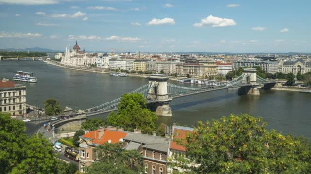 vídeos de stock e filmes b-roll de high angle side view tl: traffic jam on szechenyi chain bridge in budapest, hungary in weekend - ponte széchenyi lánchíd