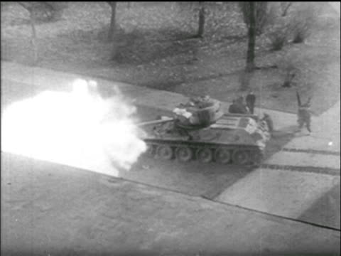 stockvideo's en b-roll-footage met b/w 1956 high angle soviet tank in park fires / hungarian uprising - 1956