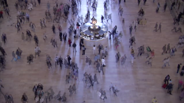 vidéos et rushes de high angle static _ travelers pass through the main hall of grand central station / new york city, new york, usa - station